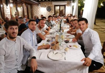 Il gruppo dei ragazzi a cena
